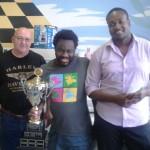 Le champion Souleymane Keita (au centre) entouré de Mario Bélanger et Junior Cazeau.