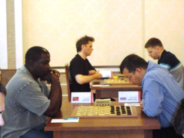 Dickson Maughn a surpris le GMI Mourodoullo Amrillaew avec une combinaison lors de la 8e ronde.