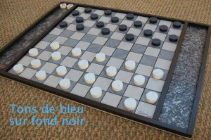 Tons de bleu sur fond noir